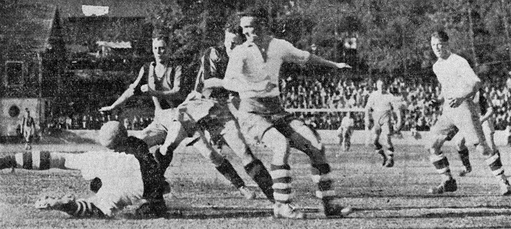 20 september  Match mot Husqvarna. Stig Emanuel Andersson och John Karlsson  är framme och stör målvakten. Bild i Hammarbybladet 1937. Ur Hammarbys  arkiv. 435c217a40de7